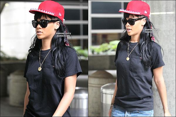 ' 21/05/2012 : Notre Rihanna a été aperçue à l'aéroport de « LAX » dans Los Angeles. J'adore sa tenue, un top !  '