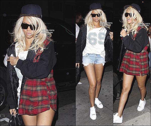 ' 25/05/2012: Rihanna a été vue arrivant au restaurant avec la chanteuse Taylor Swift à Los Angeles. Jolie Top ! '