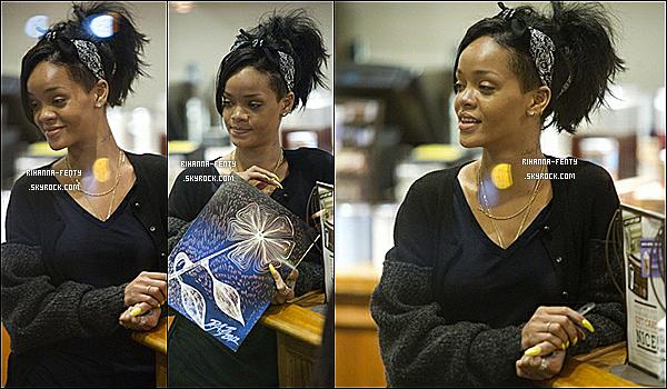 ' 04/06/2012 - Rihanna Fenty , sans maquillage, à était aperçu acheter un café à « Coffe Bean » à Los Angeles .  '