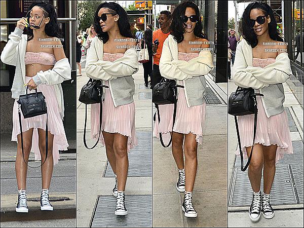 '  11/06/2012 : La belle Rihanna Fenty à était aperçue seule dans les rues de New-York. Top ou flop ?  Découvrez une nouvelle photo Twitter que Rihanna viens de posté, et deux nouvelle photo de Rihanna avec des Fans à New-York. '