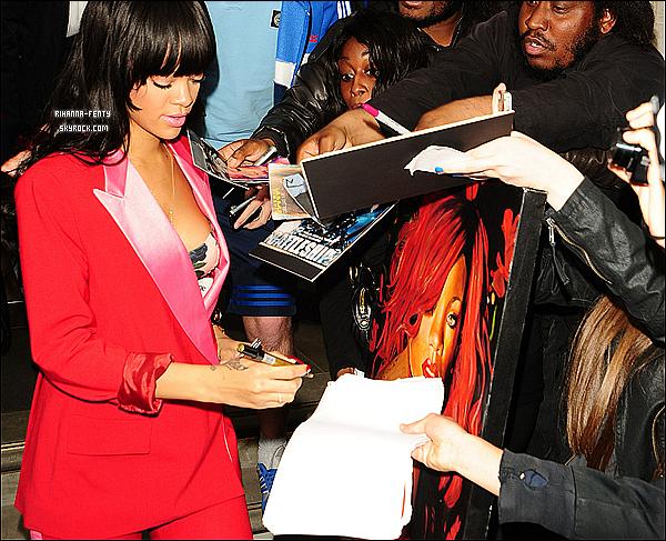 27.06.2012 : Rihanna Fenty encore une fois à été vues quittant son hôtel à Londres.