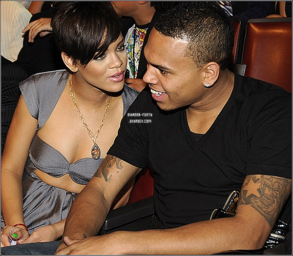 Le père de Rihanna serait heureux qu'elle renoue avec Chris Brown. Car il croit qu'il a «pris beaucoup de maturité», rapporte Music-News.Rihanna et Brown se sont séparés en 2009, après une altercation durant laquelle le chanteur avait été violent. Il avait ensuite été condamné à une période de probation, des travaux communautaires et une thérapie pour gérer sa colère.Une ordonnance restrictive avait même été émise contre lui pour l'empêcher d'entrer en contact avec la chanteuse.Depuis que cette ordonnance restrictive a été retirée, Rihanna a repris contact avec son ex, et ils ont récemment suscité des rumeurs voulant qu'ils soient sur le point de renouer, après avoir enregistré des chansons ensemble.De plus, le père de Rihanna, Ronald Fenty, ne se serait pas opposé à cette réconciliation entre les deux artistes.Il a confié au magazine Grazia: «Je l'ai toujours aimé. Chris a pris beaucoup de maturité. Je crois que tout le monde doit laisser le passé en arrière. Et ils semblent avoir fait ça. De redevenir un couple lui appartient à elle. Toute décision sera sa décision. Je lui souhaite simplement le meilleur. J'espère que les choses se passeront bien. Tout le monde a le droit de faire des erreurs».Fenty a même insisté sur le fait qu'il n'était pas le seul à se réjouir de la réconciliation entre sa fille et Brown, affirmant que les admirateurs à travers le monde adoraient leur couple. Texte à était pris sur Fr.Canoe Crédite http://fr.canoe.ca pour toute imprut
