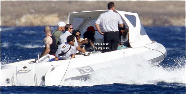 16.07.2012 : la belle Rihanna Fenty à été aperçue se relaxant sur un yacht en Italie. 14.07.2012  : Rihanna et son assistance à été aperçue arrivant en Sardaigne, Italie.