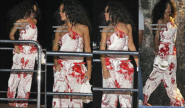 Ce 21.07.2012 : Miss Rihanna Fenty est arrivée à Saint Tropez, France sur son yacht. ce 19.07 : Après avoir dîner à capri en ville Rih retourne sur son yacht en compagnie de ses amies.