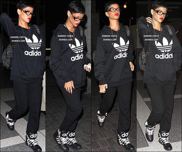 06 DÉCEMBRE 2012 Rihanna F. à été aperçue alors qu'elle se rendait à l'aéroport « LAX »  à Los Angeles. Rihanan fenty se rendait à l'aéroport de Los Angeles pour aller prendre un vol à destination de l'Europe.