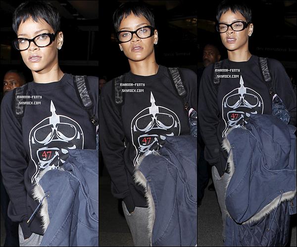 12 DÉCEMBRE 2012 La belle Rihanna Fenty à été aperçue arrivant à l'aéroport « LAX » de Los Angeles.