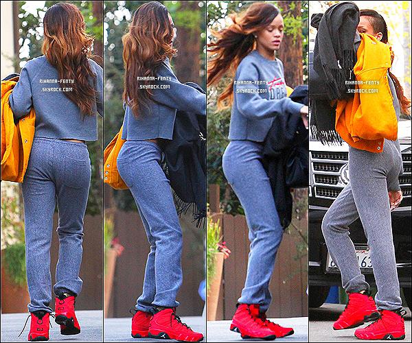 06 FÉVRIER 2013  - Après avoir accompagné Chris au Tribunal, Rihanna à été vue sortant de chez lui à LA.