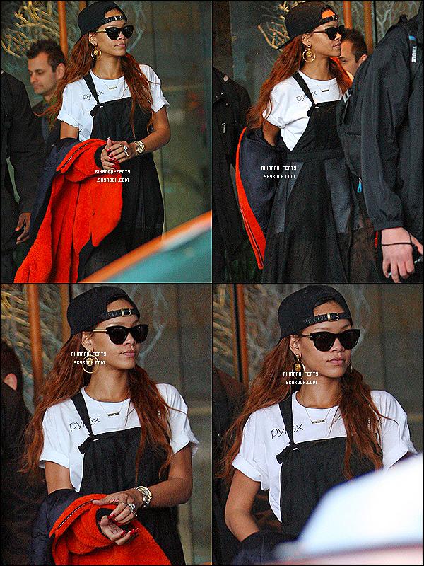_  01/04/2013 : Rihanna Fenty est de sortie, elle a été photographié alors qu'elle quittait son hôtel à Vancouver.  -
