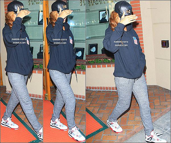 _  16 Avril 2013 : Rihanna,malade depuis jeudi dernier, a été aperçue hier quittant un cabinet médical à Los Angeles. -
