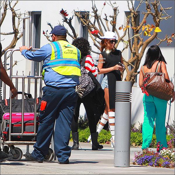 _ 19 Avril 2013 : Rihanna a été aperçue hier au téléphone, quittant LA pour rejoindre Tampa en Floride en avion. -