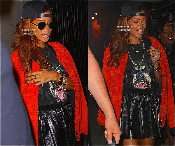 _ 23 Avril 13 : Rihanna Fenty a été aperçue quittant un restaurant à New York, elle était accompagnée de ses amies.  -