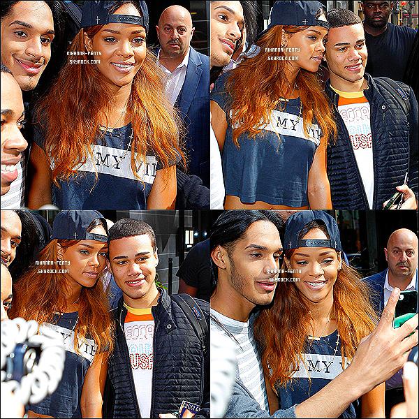 _ 26 Avril 13 : Notre Rihanna Fenty a été une nouvelle fois photographié alors qu'elle quittait son hôtel à New York. 25 Avril 2013 : Rihanna Fenty tout souriante a été aperçue quittant son hôtel à New York et posant avec des fans.   -