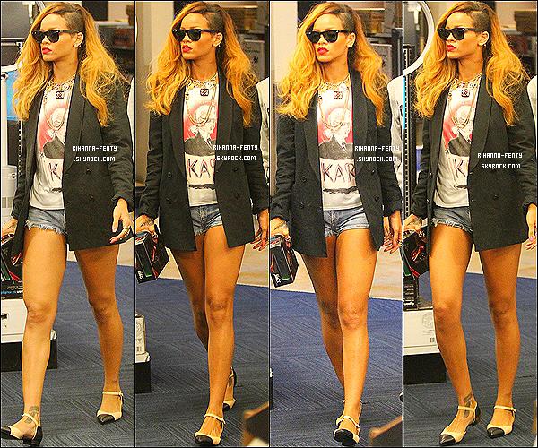 _ 09 Mai 2013 : Notre Rihanna Fenty a été aperçue dans les rues de New York en compagnie de son frère, Rajad. -