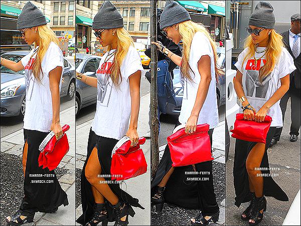 _ 15 Mai 2013 : Comme presque tous les jours en ce moment, Rihanna a été aperçue dans les rues de New York.  -