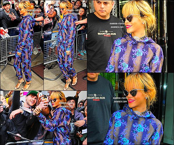 _ 16/06/2013 : Rihanna a été photographié alors qu'elle quittait son hôtel à Londres avec sa meilleure amie Melissa.  -
