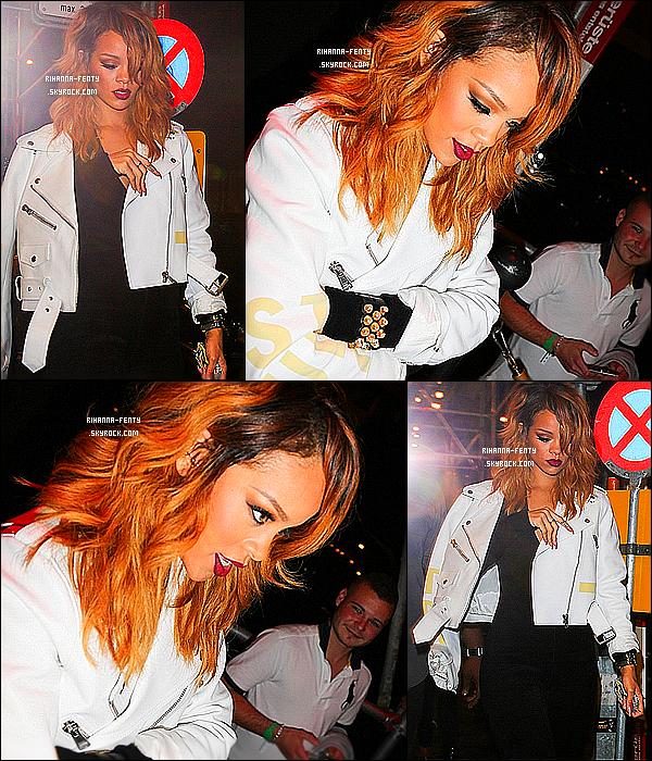 _ 29/06/13 : Rihanna a été photographié sortant dans une boite de nuit avec sa meilleure amie Melissa et des amis.  -