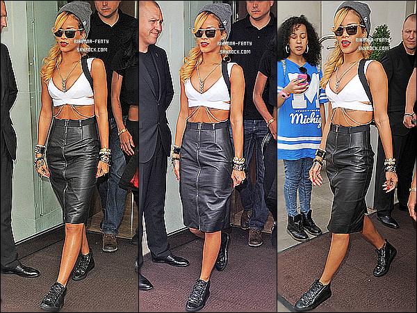 _ 14/07 : Rihanna a été vu quittant son hôtel à Londres cet après-midi, alors qu'elle se rendait au festival Wireless. -