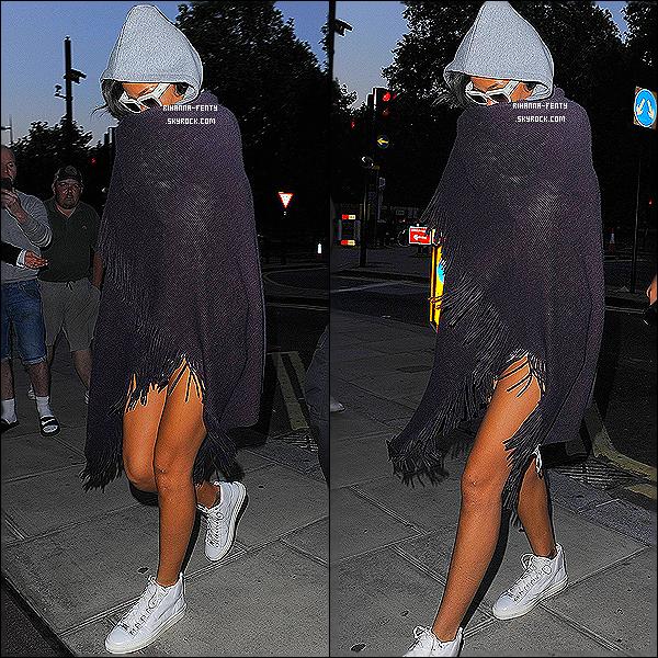 _ 18/07/2013 : Notre belle Riri a été photographié par les paparazzis alors qu'elle regagnait son hôtel à Londres. -