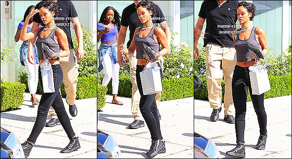_ 01/08/2013 : Rihanna s'affiche avec sa nouvelle coupe de cheveux dans les rues de Los Angeles. - Top or Flop? -