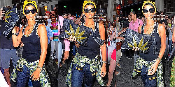 _ 22/08/2013 : Rihanna s'est rendue au club « 48 » à New York, où sa meilleure amie Leandra organisait une soirée.  -