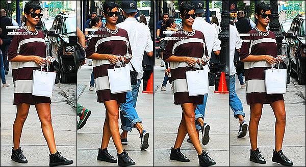 _ 27/08/13 : Rihanna Fenty a été aperçue alors qu'elle quittait son hôtel à New York, afin de se rendre à l'aéroport . 26/08/13 : Rihanna Fenty  n'a pas quitté la « big apple » puisqu'elle y a été aperçue hier, s'apprêtant à prendre un taxi à New York. Top ?   -