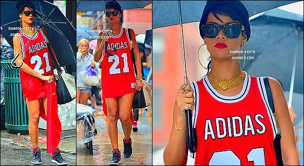 _ 02/09/2013 : Rihanna F. a été aperçue en train de se balader dans les rues de New York avec son petit parapluie.. 01/09/2013 : R. Rihanna Fenty est de retour à New York, elle a été photographié alors qu'elle arrivait à son hôtel à New York. Top?31/08/2013 : R. Rihanna F. s'est rendue, encore et toujours, à son restaurant favori, le « Giorgio Baldi » avec son mère et son frère.   -