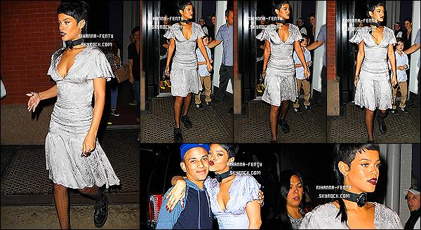 _ 08/09/2013 : Rihanna F. a été vue au défilé de la marque « Opening Ceremony » à la « Fashion Week » de NY. 08/09/13 : La chanteuse, qui doit bientôt s'envoler pour Londres, a été aperçue dans les rues de New York. Aime-tu la tenue de Ri?  -