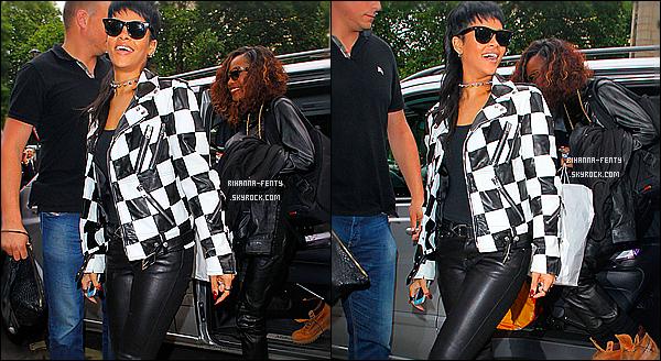 _ 11/09/2013 : Rihanna F. regagne son hôtel à Londres après avoir enregistré l'émission « Alan Carr: Chatty Man ». 11/09/2013 : Rihanna a retrouvé ses cheveux longs ! La belle a été aperçue ce matin quittant son hôtel londonien.  -