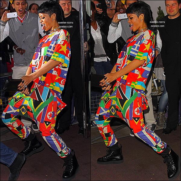 _ 11/09/2013 : Rihanna  F. a été aperçue un peu plus tard dans la soirée quittant son hôtel à Londres. Top or Flop? -