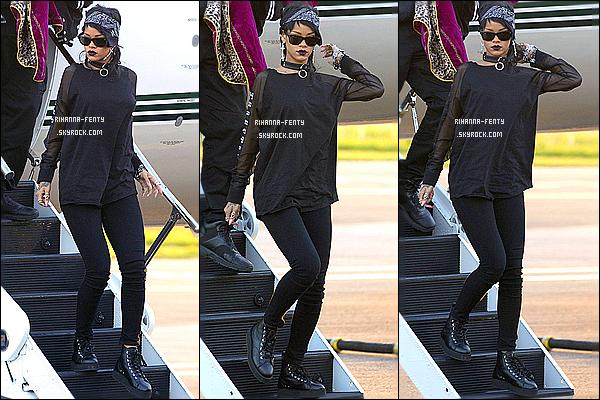 _ 26/09/2013 : Rihanna a été photographié dans les rues d'Adelaide en Australie. Aimez-tu la tenue de Rihanna? 26/09/2013 : Miss Robyn Fenty est arrivée à bord de son jet privé à l'aéroport d'Adelaïde. Aime-tu la tenue de miss Riri Fenty?  15/09/2013 : Riri s'est rendu à un événement célébrant le lancement de sa collection  RiRi Hearts Fall  pour la marque M.A.C . -
