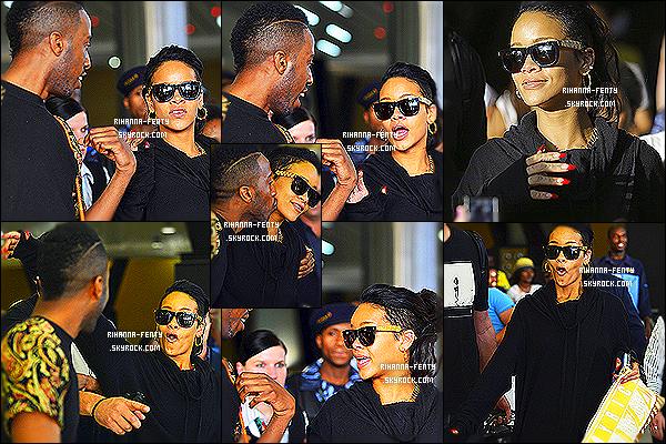_ 12/10/2013 : Rihanna F. et c'est petite grimace, a été photographié arrivat à Johannesburg en afrique du Sud. Découvrez des photos en HQ extraites du dernier photoshoot de Rihanna pour le magazine « Glamour » ici . Aime tu le shoot de Riri ?   -