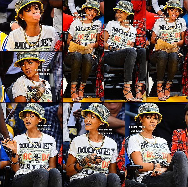 _ 22/11/13 : Rihanna s'est rendue à une match de basket à Los Angeles avec sa meilleur amie Melissa et des amis. -