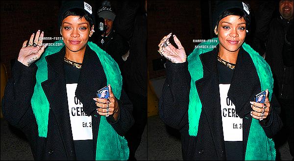 _ 13/12/13 : Rihanna a été vue toute souriante quittant une séance de photoshoot pour le magazine Vogue à NY. -