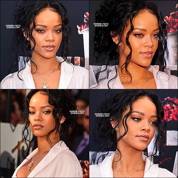 _  - LES MTV MOVIE AWARDS 2014.   Comme prévue, Rihanna est présente sur le tapis rouge des « MTV Movie Awards 2014 » vêtue d'un body couleur rose cuisse-de-nymphe surmonté d'un long gilet en voile de la même teinte.    Après avoir rayonné sur le tapis rouge, les deux artistes ont littéralement mis le feu à la scène du « Nokia Theatre », et la puissance vocale de Rihanna n'a laissé personne indifférent, à tel point que le duo s'est retrouvé parmi les sujets les plus tendances de la twittosphère.  De plus, Rihanna a remporté le prix de la meilleure brève apparition pour sa participation au film « This Is The End », l'emportant face à Joan Rivers ou encore Kanye West. Encore un 20/20 pour la chanteuse ! Et vous, qu'avez-vous pensé de cette soirée ? N'hésitez pas à partager vos impressions.  -