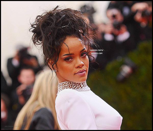 _ 05/05/2014 : Rihanna F était au « Costume Institute Gala », plus connu sous le nom de « Met Ball » à New York.Au Metropolitan Museum Of Art. Rihanna y est arrivée dans les dernières, en même temps que Beyonce. Plutôt Top or Flop?   -