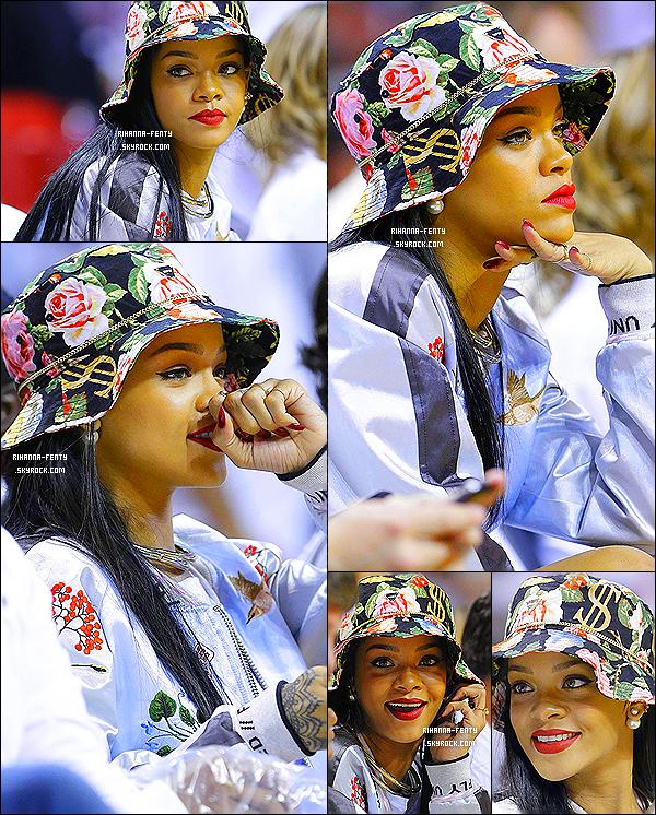 _ 08/05/14 : Rih a été aperçue avec Melissa à Miami lors d'un match opposant les Miami Heat aux Brooklyn Nets.De nombreux fans ont aussi pu faire des « selfies » avec la chanteuse qui était ravie de prendre la pose pour l'occasion ! Le Bob de Riri.  -