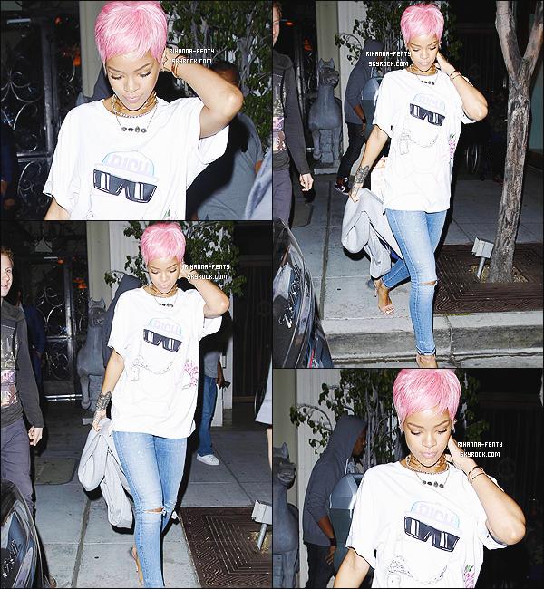 _ 19/05/14 : Rihanna a été vue hier soir alors qu'elle quittait le restaurant « Mastro's Steakhouse » de Los Angeles. -