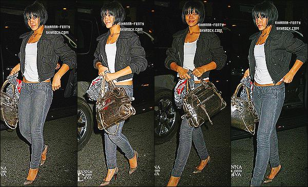 ' 14/06/2007 - Rihanna a été photographié dans les rues de NY. Pour la tenue c'est un petit top. Vous aimez ? '