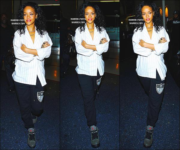 _ 07/07/2014 : Rihanna a été aperçue a l'aéroport  « LAX » de Los Angeles. TopQu'en pensez vous de la tenue de Rihanna à l'aéroport? très relaxe assez simple aussi, j'aime bien, un top pour notre Riri et pour vous?  -