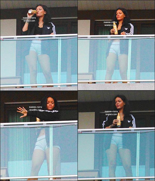 _ 11/07/2014 : Rihanna a été aperçue sur le balcon de son hôtel.- à Rio de Janeiro en train de boire une bière de la marque « Budweiser » tout en profitant de la vue sur l'océan Atlantique. -