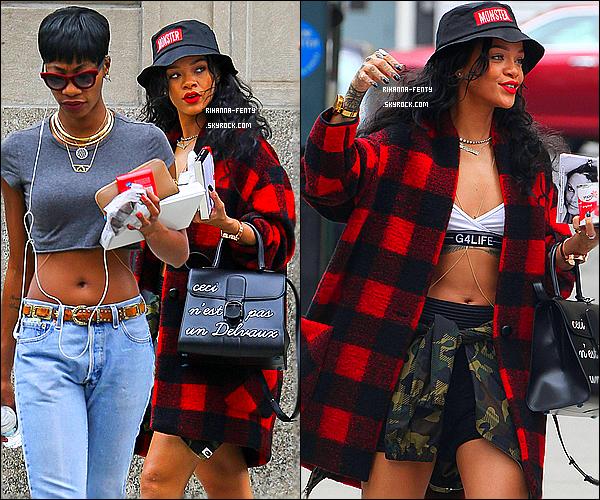 _ 01/08/2014 : Rihanna Fenty a été aperçue dans les rues de New York, quittant son hôtel et regagnant l'aéroport. Qu'en pensez vous de la tenue de Rihanna F? Elle portant des pièces de sa collection en partenariat avec « River Island ».