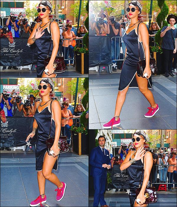 _ 04/05/2015 : Rihanna Fenty s'est rendue dans un hôtel avant de se rendre au « Met Gala » pour s'y préparer .