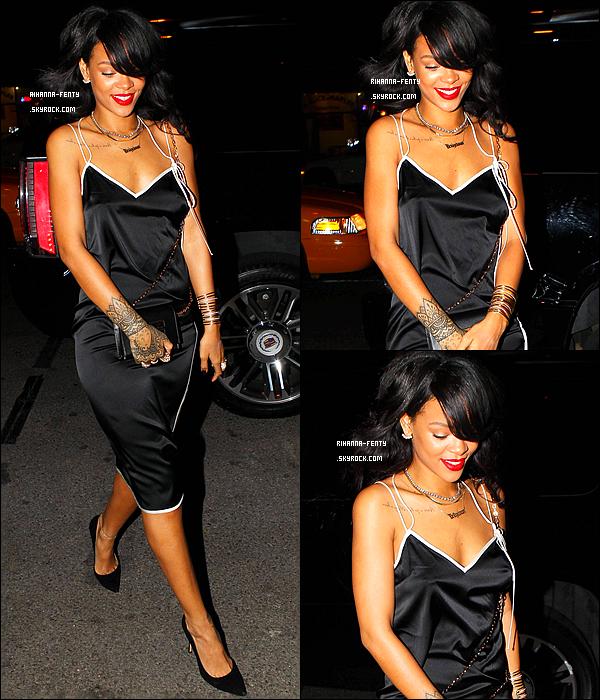 _ 14/08/2014 : Rihanna arrive à une hôtel à New York pour célébré l'anniversaire de son assistante Jennifer.Top! Rihanna F. ne gagne aucun prix los de la cérémonie des « Teen Choice Awards » 2014. Qu'en pensez-vous de la tenue de Rihanna ?