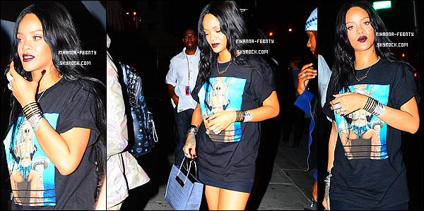 _ 16/08/14 : Riri a été prise en photo à 2h du matin alors qu'elle arrivait au restaurant « Cafeteria » à New York . + Puis ensuite le même jour, Riri a été aperçue dans les rues de New York avec son assistante Jennifer. Qu'en pensez-vous de la tenue?