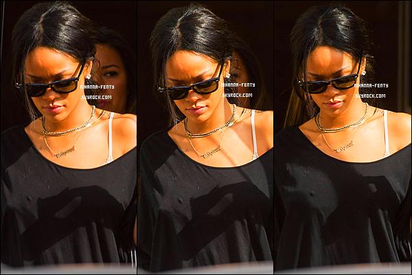 _ 17/08/2014 : Rihanna a été aperçue dans l'après-midi dans les rues de New York avec son assistante Jennifer.
