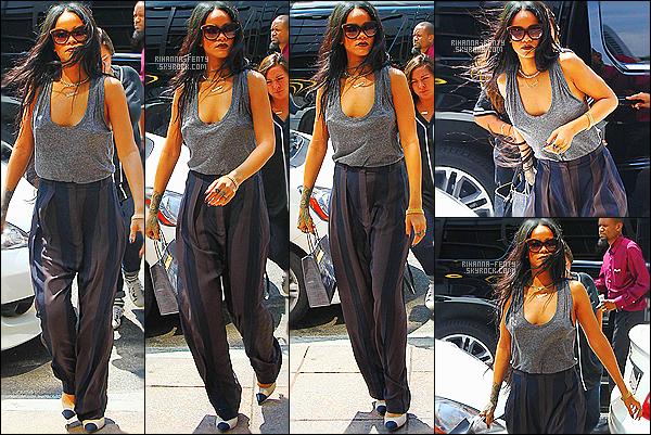 _ 20/08/2014 : Rihanna a été aperçue se rendant à un rendez-vous professionnel avec son équipe à New York. Rihanna fenty, accompagnée de Melissa, s'est rendue au concert des rappeurs Drake et Lil Wayne hier soir à New York. A voir ici