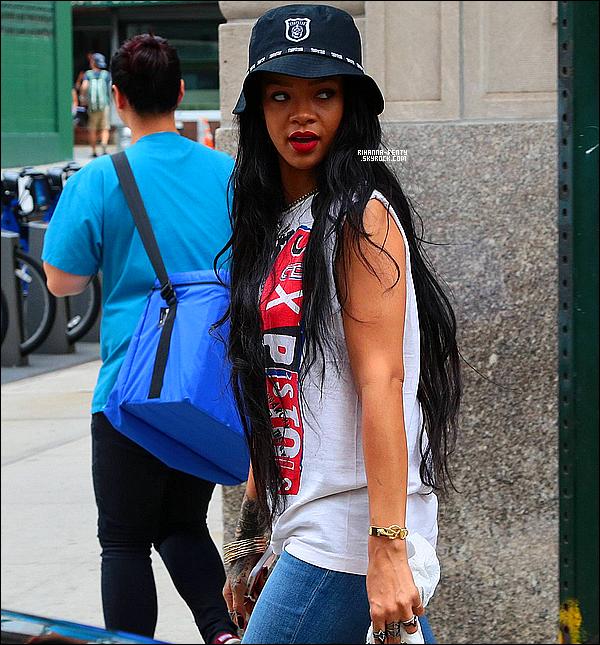 _ 22/08/14 : Rihanna a été vue alors qu'elle quittait son appartement à New York. Qu'en pensez-vous de la tenue?