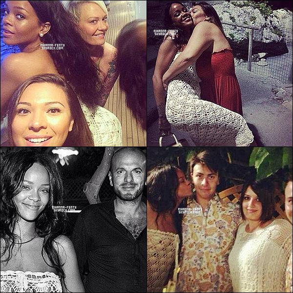 _ 25/08/2014 : Rihanna Fenty dîne au restaurant à Capri, (Italie) accompagnée de ses ami(e)s et proches.