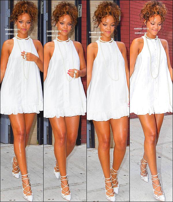 _ 05/09/2014 : Rihanna Fenty s'est rende au défilé de son ami et styliste Adam Selman à New York. Qu'en pense tu?