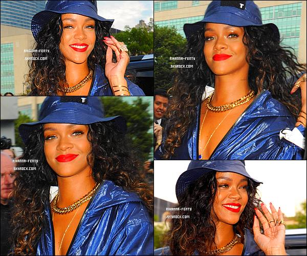 _ 06/09/2014 : Rihanna Fenty s'est rendue au défilé « Alexander Wang » à New York avec sa meilleure amie Melissa.